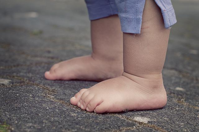 Bebés descalzos ¿sí o no? va a ser que sí…